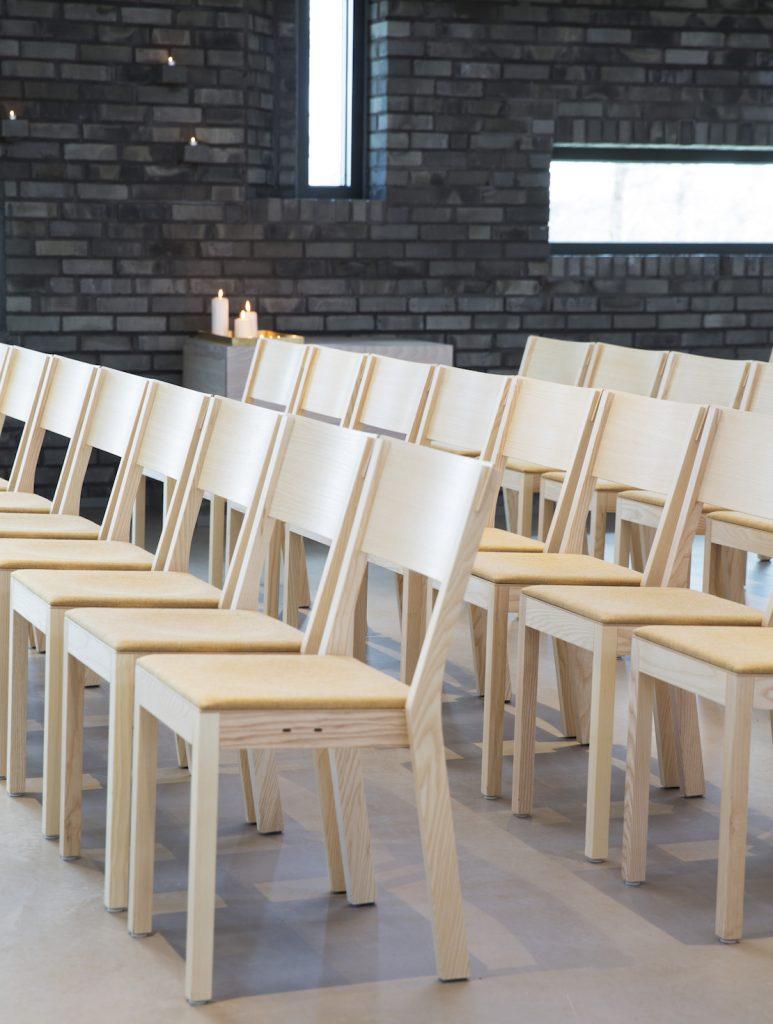 Nyfelt og Strand Interiørarkitekter, Grinilund kirke, stoler